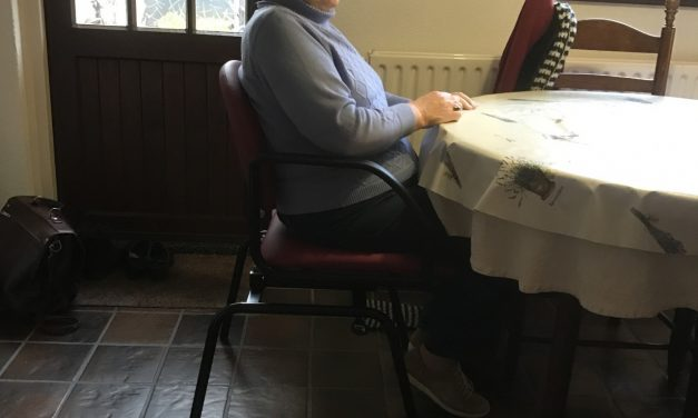 Moeite om van of aan tafel te schuiven? De draai-schuif stoel kan een oplossing bieden.