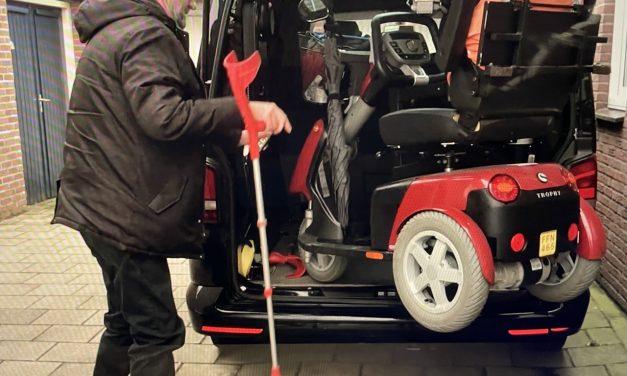 Scootmobiel en rolstoel mee in bus?                               Michel laat zien hoe hij op pad gaat ondanks zijn dwarslaesie.