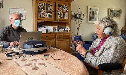 Een hoortest voor het aanmeten van een hoorapparaat door de audiciën aan huis
