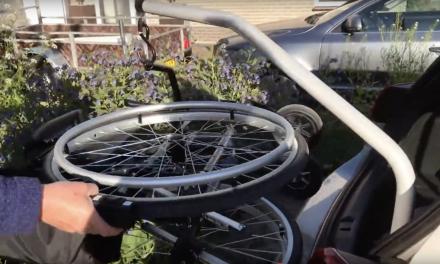 Hoe kun je een rolstoel in en uit de auto takelen met een lift? Bekijk de tip van de dag!