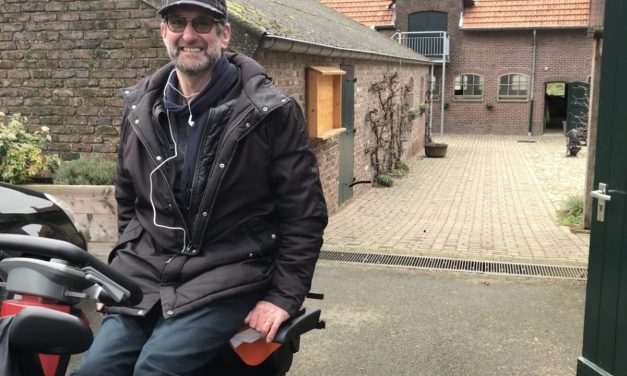 Scootmobiel zitplank om op ooghoogte te kunnen zitten. Uitleg door Michel(dwarslaesie patiënt)