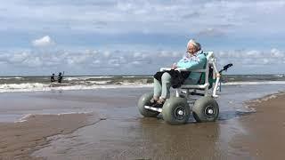 Een strandrolstoel